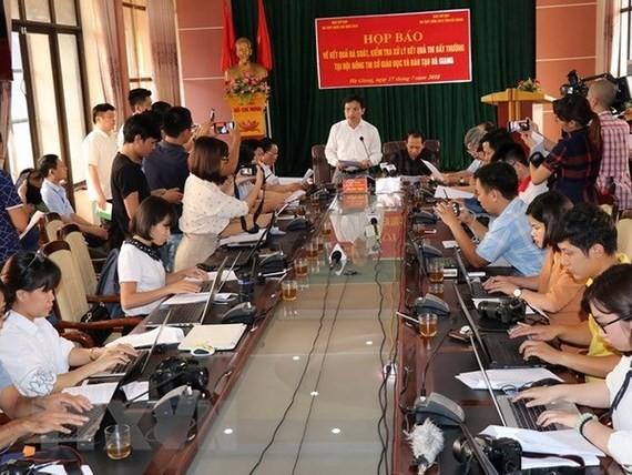 Ông Mai Văn Trinh, Cục trưởng Cục Quản lý chất lượng, Bộ GD-ĐT thông tin cho báo chí tại buổi họp báo công bố kết quả điều tra nghi vấn gian lận chấm thi THPT quốc gia tại Hà Giang. Ảnh: TTXVN