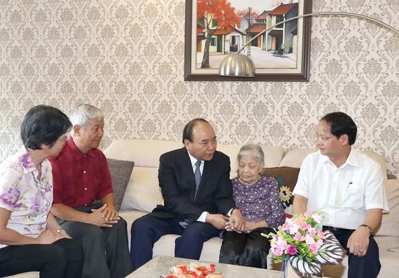 Thủ tướng thăm hỏi mẹ liệt sĩ Trịnh Đình Khôi. Ảnh: VGP
