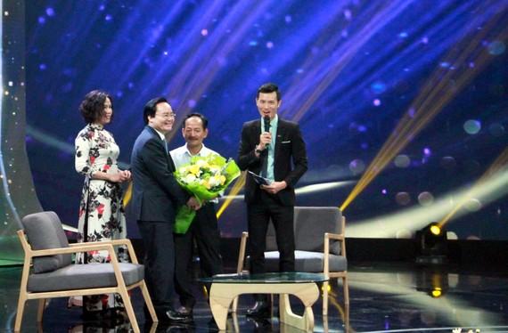 Bộ trưởng Bộ GD-ĐT Phùng Xuân Nhạ tặng hoa cho thầy Lưu Văn Hóa