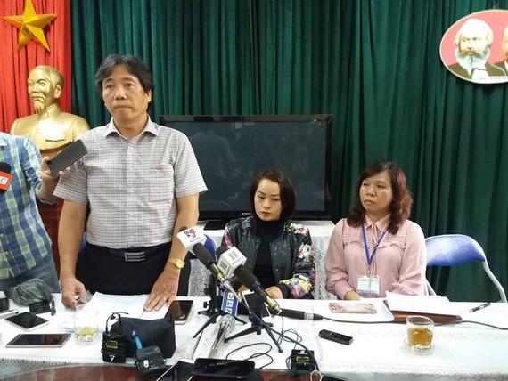 Chủ trì buổi họp báo: Từ trái qua phải: Trưởng phòng GD-ĐT quận Đống Đa, phụ huynh học sinh bị tát, Hiệu trưởng Trường tiểu học Quang Trung
