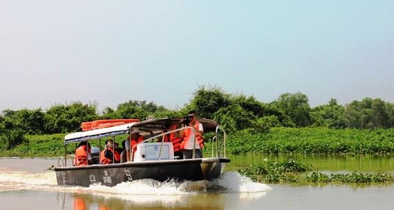 Du khách trải nghiệm tour du lịch sông nước TPHCM