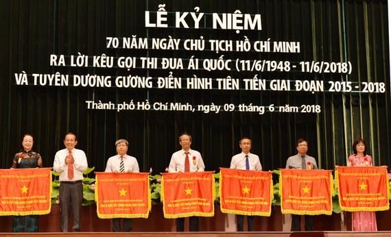 Phó Thủ tướng Thường trực Trương Hòa Bình tặng cờ thi đua cho các tập thể xuất sắc.