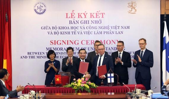 Bộ trưởng Bộ KH-CN Việt Nam Chu Ngọc Anh và Bộ trưởng Kinh tế Phần Lan Mika Lintila trao đổi văn bản ký kết hợp tác trong lĩnh vực KH-CN và đổi mới sáng tạo. Ảnh: TB