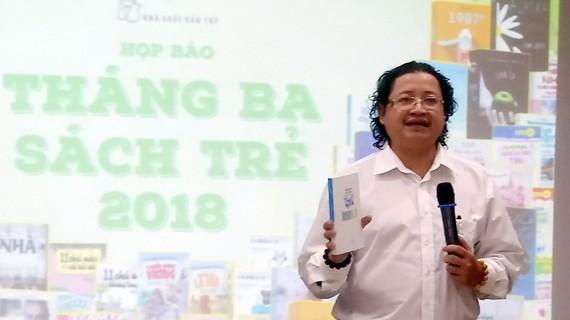 """Ông Nguyễn Minh Nhựt, GĐ NXB Trẻ giới thiệu các tác phẩm ra mắt nhân dịp """"Tháng 3 sách Trẻ"""""""