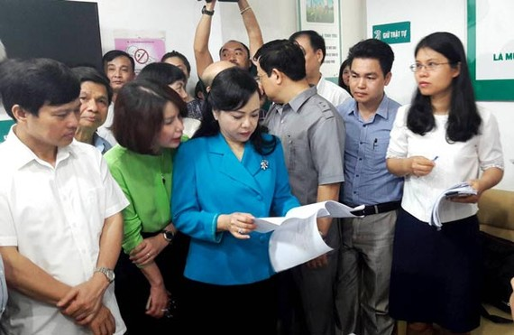 Health Minister Nguyen Thi Kim Tien  pays visit to Thien Tam clinic in Hanoi which run afoul of health regulations (Phot: SGGP)