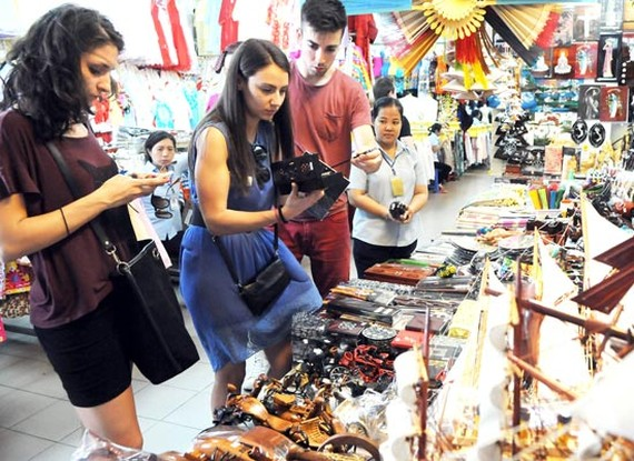 Tourists are shopping in Be nThanh market in HCMC's District 1 (PHoto: SGGP)