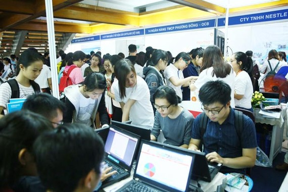 Stadent participate employment fair to seek job (Photo: SGGP)