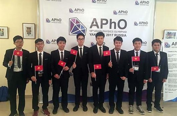 Eight Vietnamese students at the competition (Photo: SGGP)