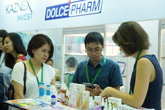 Customers buy products at a booth in the exhibition last year (Photo: Website of the event)