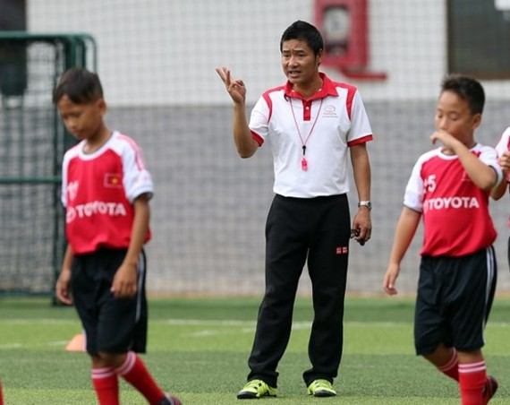 Kids who love playing football can have a chance to be trained by famous footballer Hong Son ( Photo: SGGP)