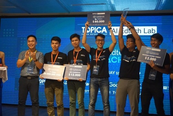 "The five-member team, ""Nguyen Hien,"" wins first place for its application on smart English learning for kids. (Photo: tuoitrethudo.vn)"