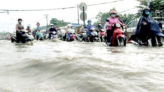 Many streets in HCMC are flooded after a heavy rain on May 20 (Photo: SGGP)