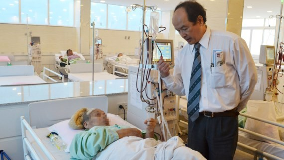 A medical worker check dialysis patient in Nguyen tri Phuong Hospital in HCMC (Photo: SGGP)