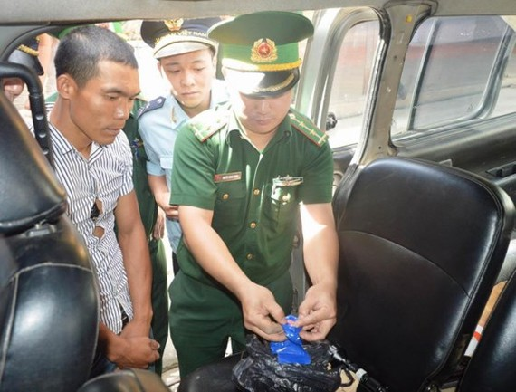 Police officers find out drug in the vehicle (Photo: SGGP)