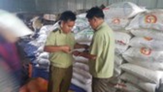 Inspectors check a warehouse of sugar (Photo: SGGP)