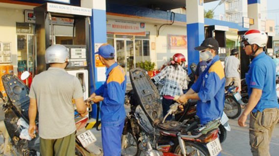 The government encourages consumers to switch from the popular A92 gasoline to the ethanol-mixed biofuel E5 by stopping selling the popular gasoline A92 from January 1, 2018  (Photo: SGGP)
