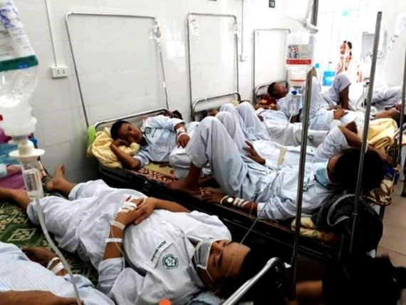 Inpatients share bed in hospitals in Hanoi (Photo: SGGP)