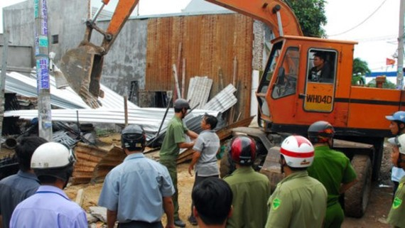 Government removes an illegal constructed house (Photo: SGGP)