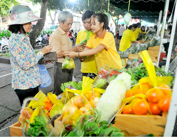 a booth to sell VietGAP vegetable in the fair (Photo: SGGP)