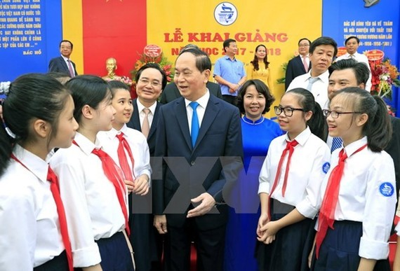 President Tran Dai Quang talks to students of Trung Vuong Junior High School on September 5 (Photo: VNA)