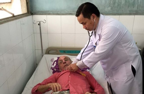 Dr. Nguyen Khac Vui provides first aid to a foreign visistor (Photo: SGGP)