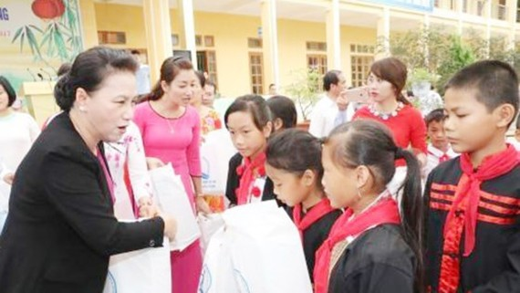 NA chairwoman gives presents to poor students in Tuyen Quang Province (Photo: SGGP)
