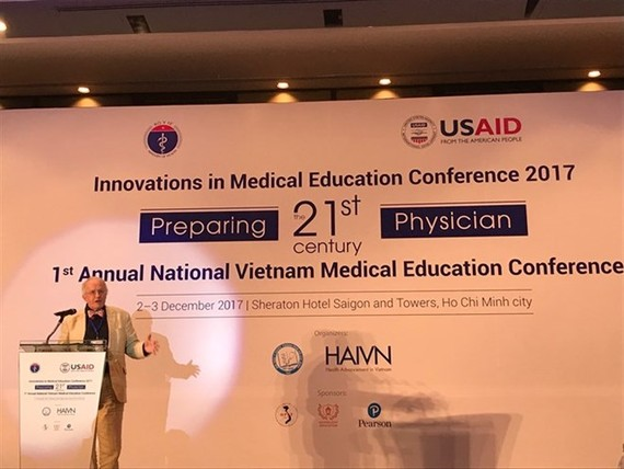 Professor David Gordon, president of the World Federation for Medical Education, speaks about training programmes including basic science, clinical medicine, ethics and medical law at a two-day conference ended on December 3 (Photo VNA)