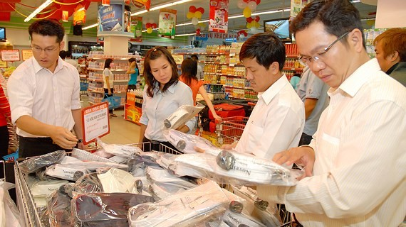 Customers are selecting clothes of a local firm (Photo: SGGP)