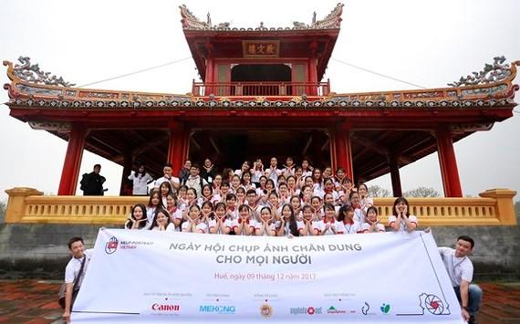 Members of Vietnam Help-Portrait in Hue( Photo: SGGP)