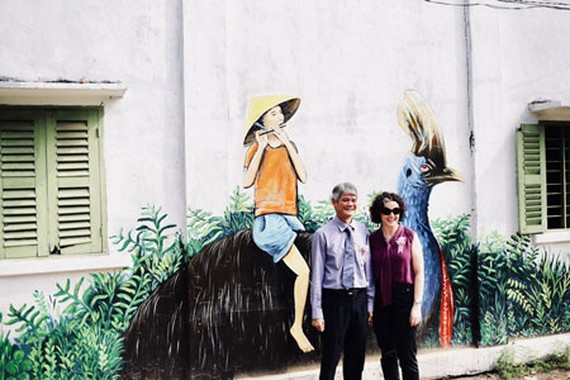 Deputy Chairman of Dong Thap Chau Hong Phuc and Ms. Rebacca Bryant in front of a wall beautified with murals (Photo: Courtesy of Australia Consulate )