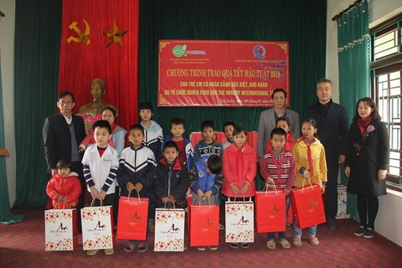 KFHI Vietnam representative presents gifts to children in Vinh Phuc (Photo: baovinhphuc.com.vn)