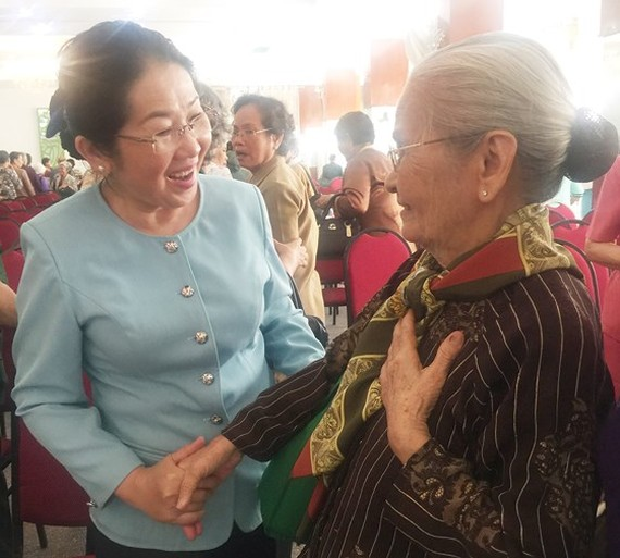 Ms. Dung talks with a female political prisoner at the meeting (photo: SGGP)