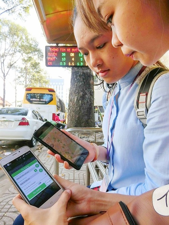Students check bus routes on the BusMap app developed by HCM City, which is working towards becoming a smart city by 2020. (Source: sggp.org.vn)