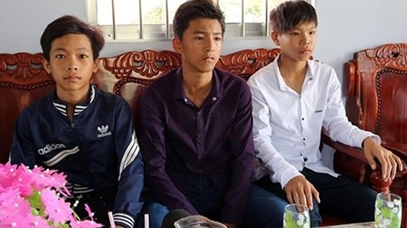 Three teenagers are praised for returning wallet with money inside ( Photo: Sggp)