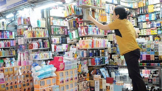 Makeup products are sold in Ben Thanh Market in District 1 (photo: SGGP)