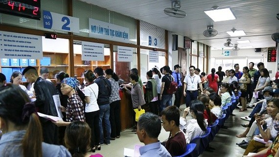 Patients register for health checkups at the National Haematology and Blood Transfusion Institute in Hanoi.— Photo congly.vn