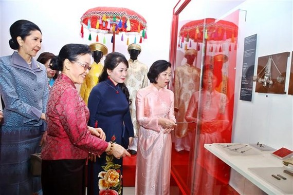 Wife of Prime Minister Nguyen Xuan Phuc, Tran Nguyet Thu (second, right), accompanies wife of the Lao PM, Naly Sisoulith (second, left) and wife of the Thai PM, Naraporn Chan-o-chan (first, left) to visit the Vietnamese Women's Museum on March 31 (Photo: