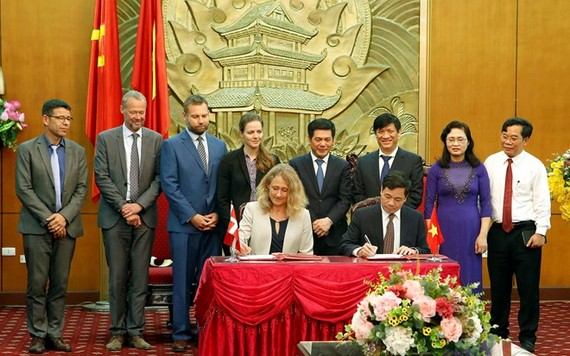 Vietnam and Denmark sign MOU on promoting strategic sector cooperation on health during visit to Vietnam of Minister of Health of Denmark Ellen Trane Nørby. (Source: VNA)