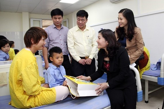 Deputy Minister of Labour, Invalids and Social Affairs Nguyen Thi Ha visits and presents gift to a patient (Source: laodongxahoi.net)