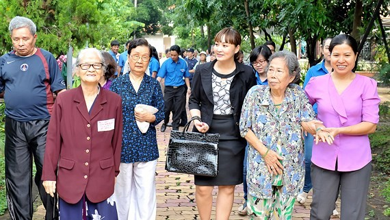 A group of people visit Thi Nghe house where many elderly pepole reside (Photo: SGGP)