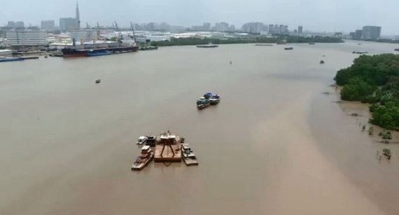 Barge collision happens in Sai Gon River