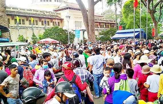 Crowd of city dwellers in the zoo (Photo: SGGP)