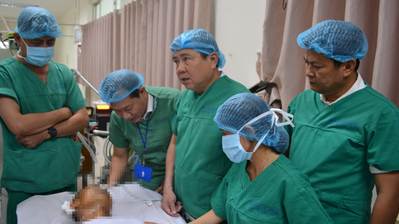 Chairman Phong visits a street knight in the hospital (Photo: SGGP)