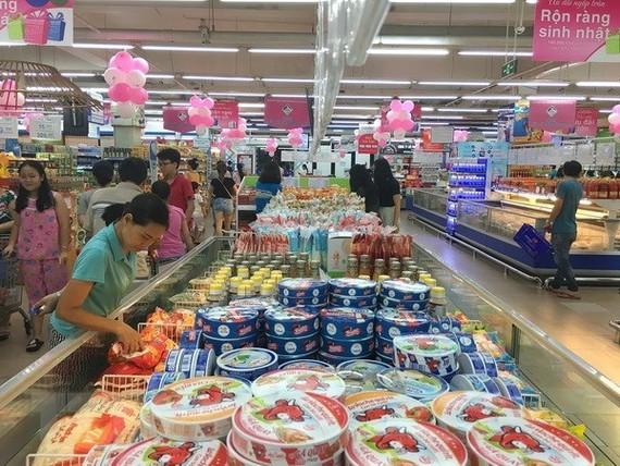 Consumers shop at Co.op Mart Quang Trung in Ho Chi Minh City (Photo: VNA)