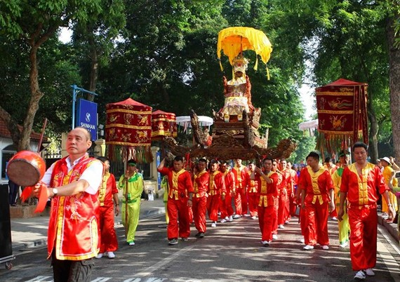 The palanquin procession marks 590 years since the coronation day of King Le Thai To on May 27 (Photo: VNA)