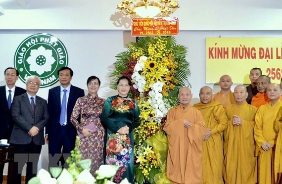 National Assembly Chairwoman Nguyen Thi Kim Ngan (fifth, left) visits Office II of the Vietnam Buddhist Sangha in HCM City on May 27 (Photo: VNA)