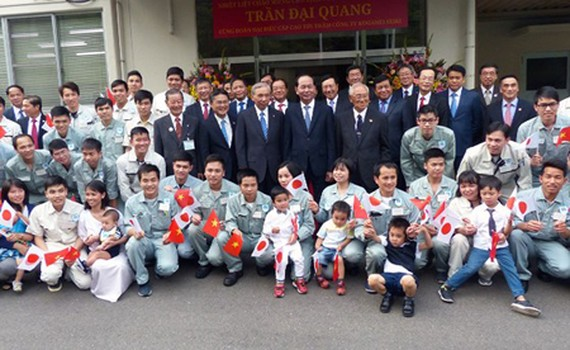 President Tran Dai Quang took a picture with leaders of Koganei Seiki Co. Ltd. and Vietnamese engineers working here. Photo by Tran Luu