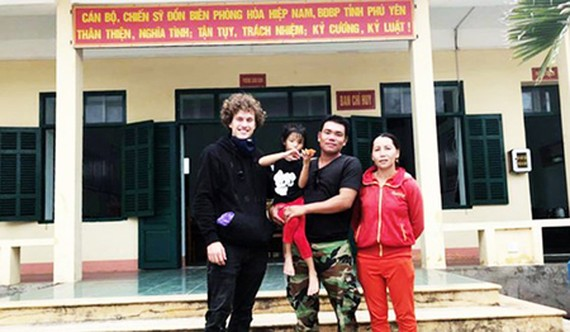 Kainz and parents of the lost kid (Photo: SGGP)