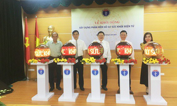 Leaders press button to open the system (Photo: Vietnam's Health Ministry )