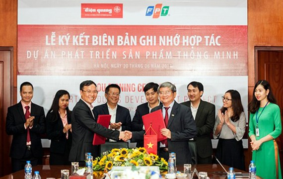 Managers of FPT Group and Dien Quang Lamp Joint Stock Co. at the contract signing event. Photo by Tran Binh